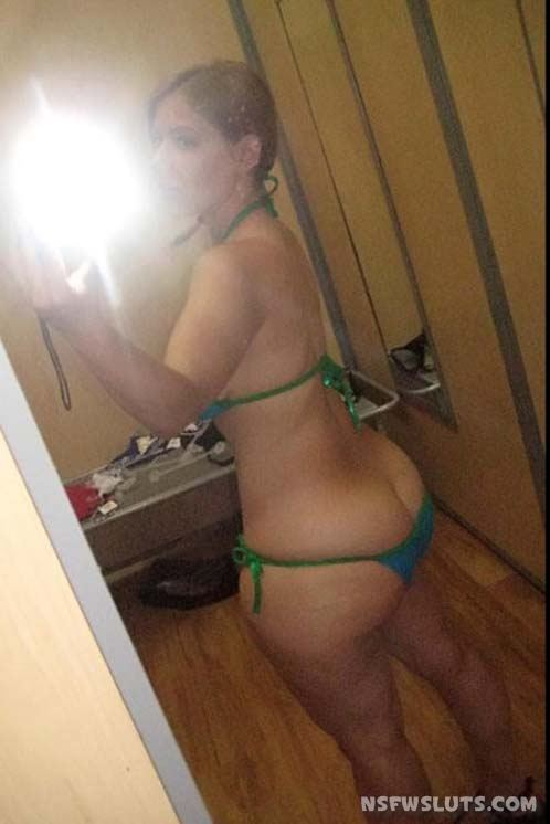 Amateur Hotties Exposing Butts for Camera