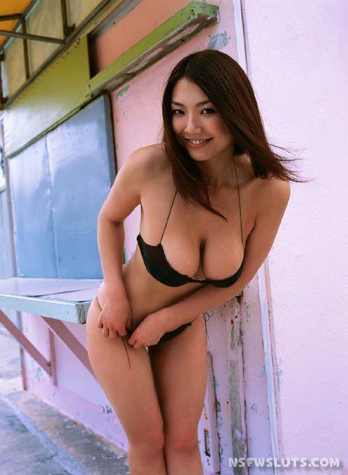 Japanese Idol Hitomi Aizawa in Bikini